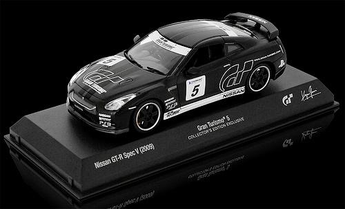 Модель Nissan GT-R Spec V в масштабе 1:43