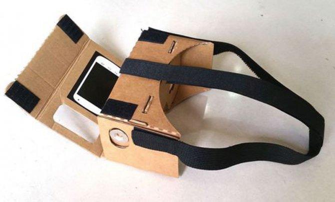 Такая незамысловатая конструкция превращает смартфон в VR-шлем.