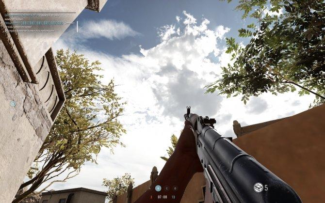 Чистое небо над головой дает сильный контраст с землей, затянутой дымом.